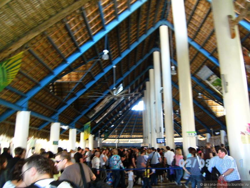 Пунта Кана. Международный терминал аэропорта. Вот так скромненько и со вкусом.