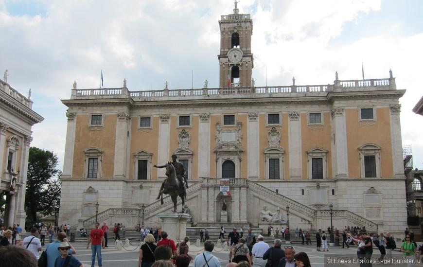 Площадь Капитолия, в самом центре которой возвышается копия статуи Марка Аврелия, привезенная в Рим в 1538 году и установленная по приказу Папы Павла III. Капитолийский музей, расположенный на Капитолийском холме, и состоящий из трех зданий, обрамляющих площадь Капитолия, считается одним из древнейших музеев в мире, открывавших свои двери для публичного посещения. Коллекция музея была основана в 1471 году папой Сикстом IV, который пожертвовал личные скульптуры в фонд. Позже, в 1870 году за счет приобретения археологических памятников, музей стал городской собственностью.