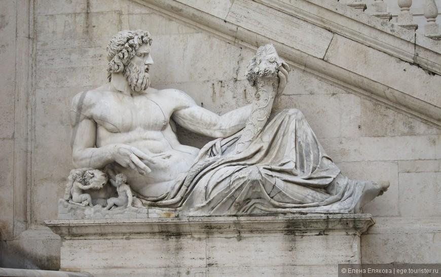 Одна из скульптур перед центральным зданием Капитолийского музея