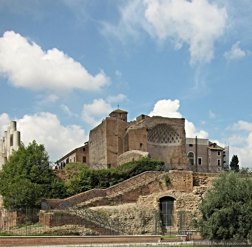 Храм богинь Венеры и Ромы  — некогда крупнейшее религиозное сооружение древнего Рима,  был построен при императоре Адриане в 135 году н. э.