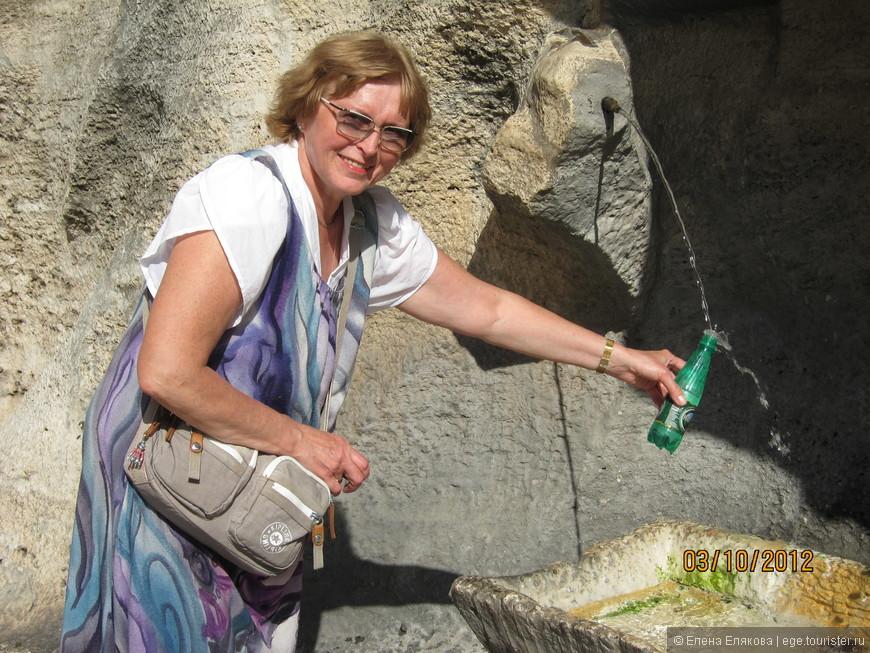 У фонтана Треви было столько народу, а еще часть его ремонтировалась, так что оказалось, что эта лучшая фотография этого фонтана :-))
