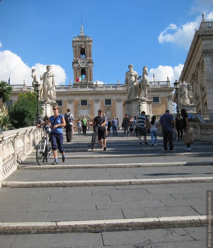 Белая мраморная лестница Кордоната, ведущая к Капитолию, проектировалась знаменитым архитектором Микеланджело  в 1536 году. Широкие ступени и небольшой уклон лестницы сделаны для того, чтобы всадники могли подниматься вверх на лощадях. На самом верху лестницы располагаются две конные статуи Кастора и Поллукса Диоскуров, которые, согласно легенде, были найдены в театре Помпеи.