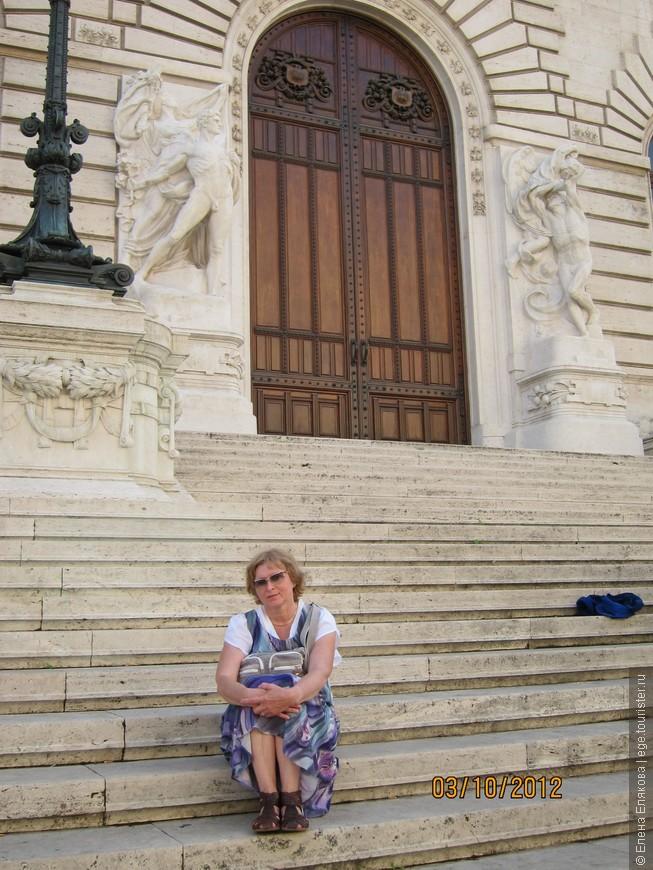 Недолгий отдых на ступенях парламента
