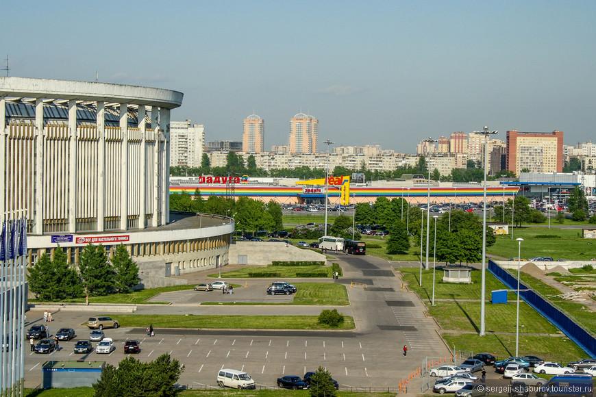 """Вид с колеса обозрения на СКК и ТРК """"Радуга""""."""