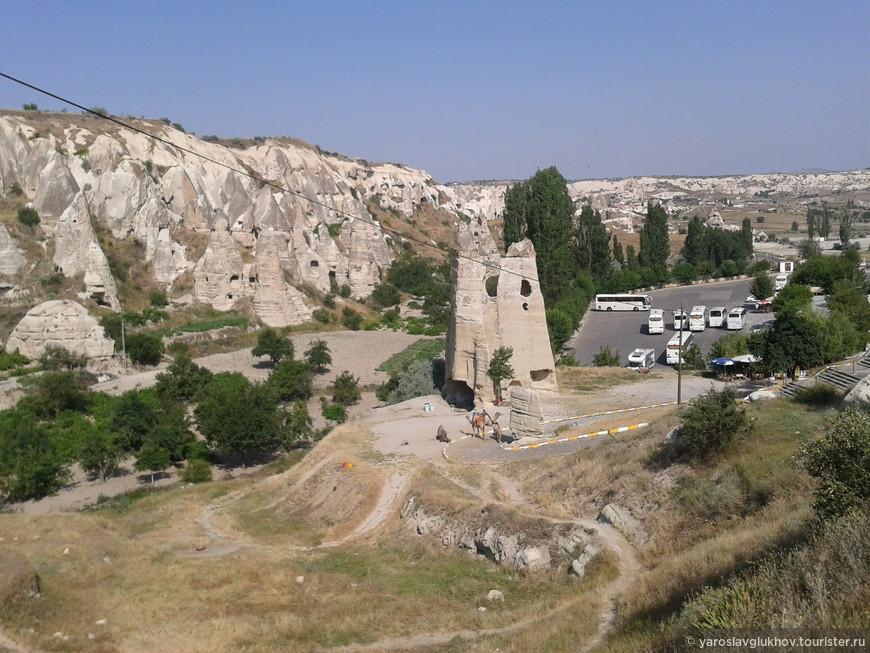 Одна из многочисленных скал Каппадокии. Гёреме.