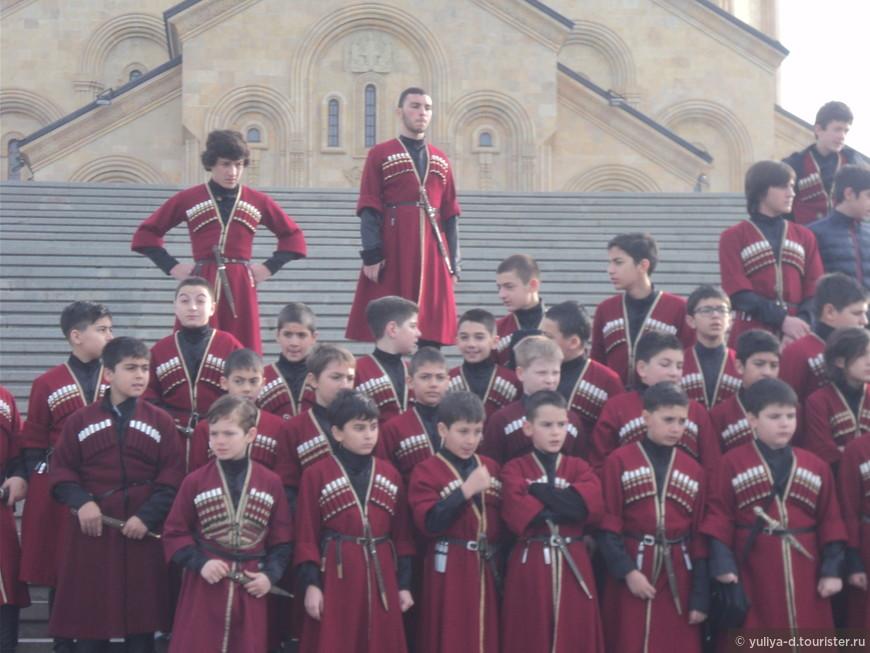 Детский хор на ступенях Самебы в Тбилиси