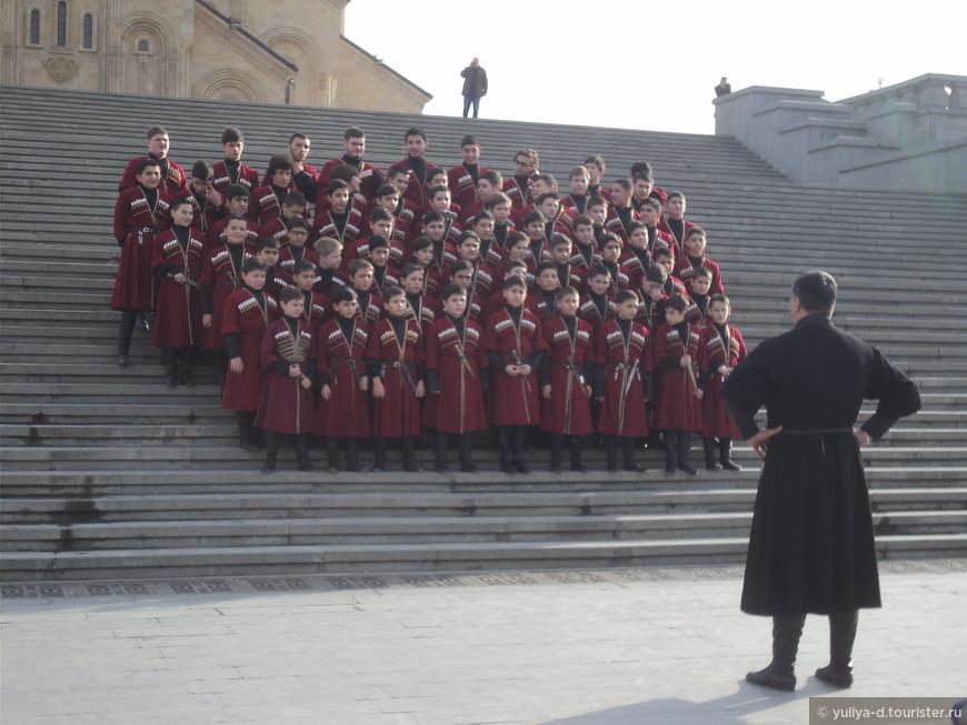 Детский хор на ступенях кафедрального собора Святой Троицы (Самеба)