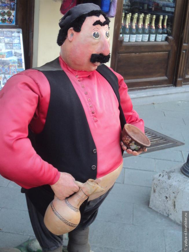 Около винного магазина в Тбилиси