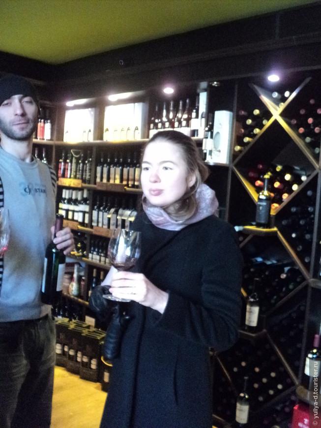 Наша туристка дегустирует вино