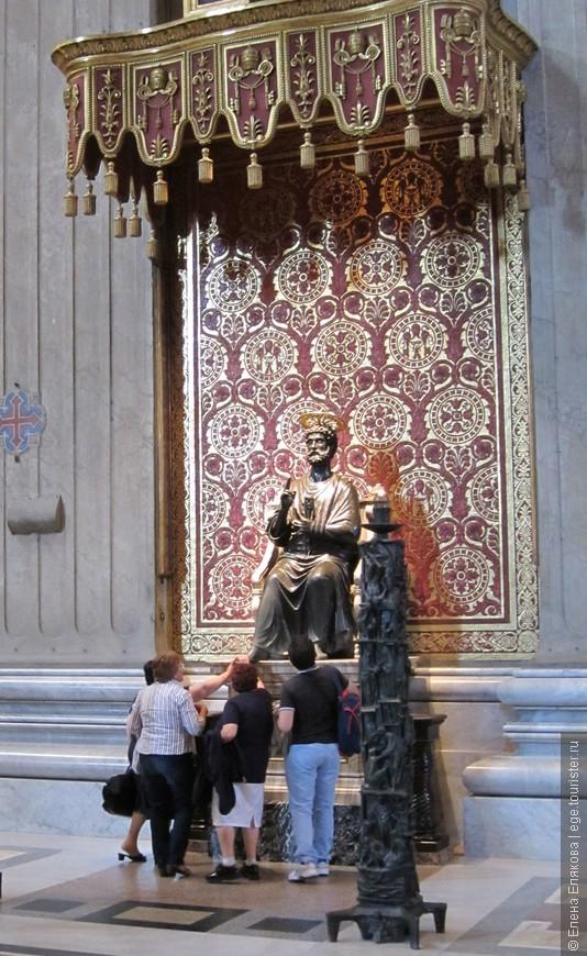 Эта статуя, дошедшая до нас со времен средневековой базилики Святого Петра, сделана из бронзы в 13 столетии мастером Арнольфо ди Камбио. Она считается священной, верующие выстраиваются в очередь, чтобы прикоснуться или поцеловать ногу Святого Петра.