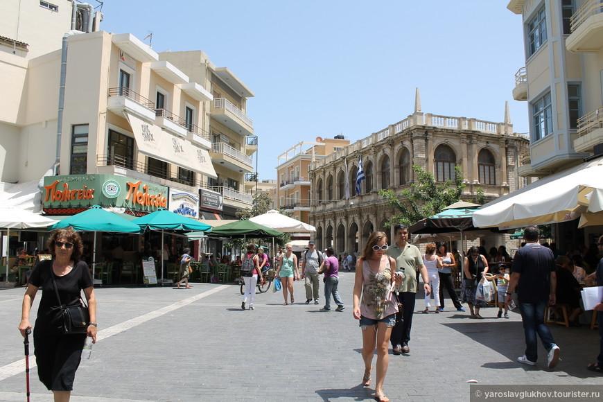 Улица 25 Августа. На заднем плане Венецианская лоджия.
