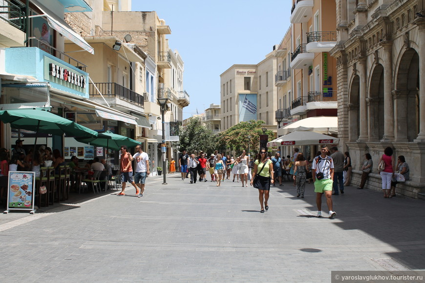 Улица 25 Августа - главная пешеходная улица Ираклиона.