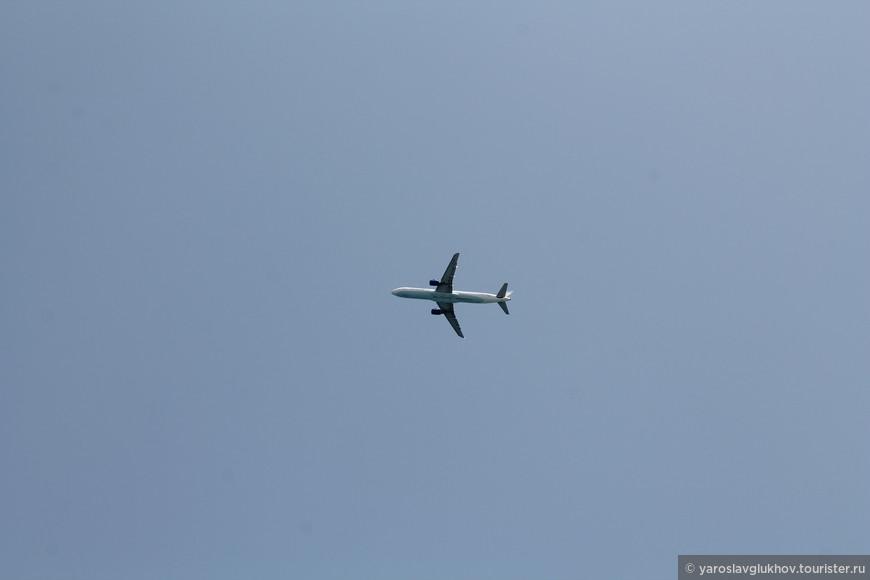 Самолёт в небе над Ираклионом.
