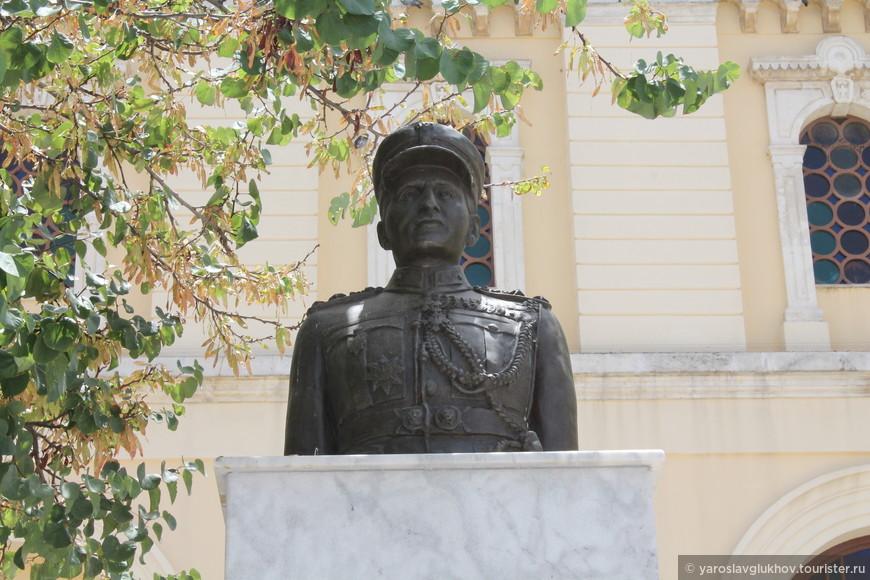 Памятник Иоаннису Сотириу Алексакису - греческому военному, генерал-полковнику (стратегосу), историку и писателю.