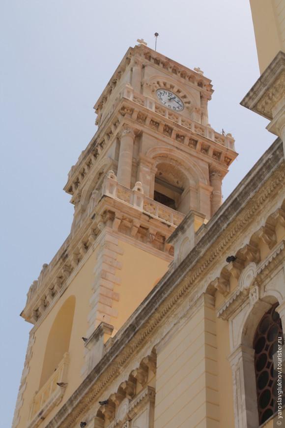 Одна из двух колоколен собора.