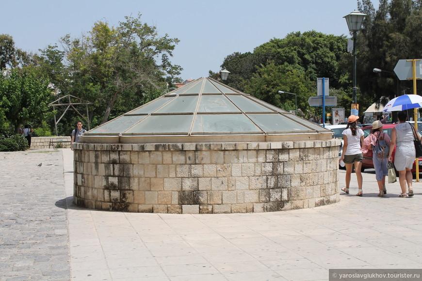 Стеклянный купол перед памятником Элефтериосу Венизелосу.