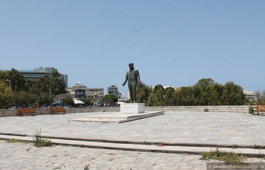 Памятник Элефтериосу Венизелосу. Именно здесь я и закончу нашу с вами прогулку по Ираклиону.