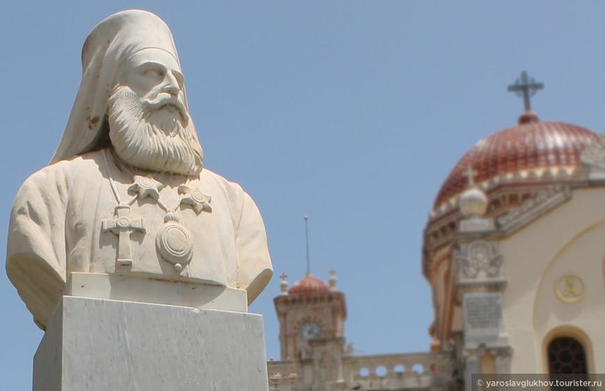 Памятник Патриарху возле собора Святого Мины.