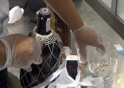 Туристы пытались перевезти через границу 23 бутылки рома. С кокаином.