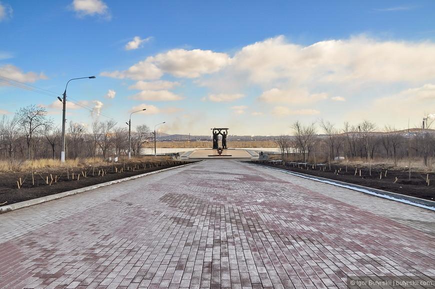 01. Мемориал находится на берегу реки Урал на искусственном холме, к нему ведет длинная дорога от главной площади города, по сторонам располагается парк.