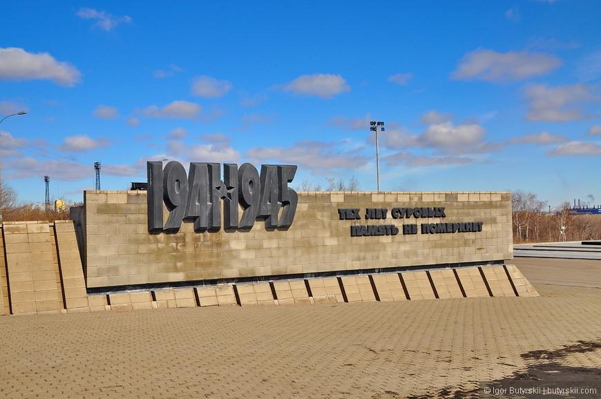 04. По обеим сторонам мемориала находятся памятные стены.