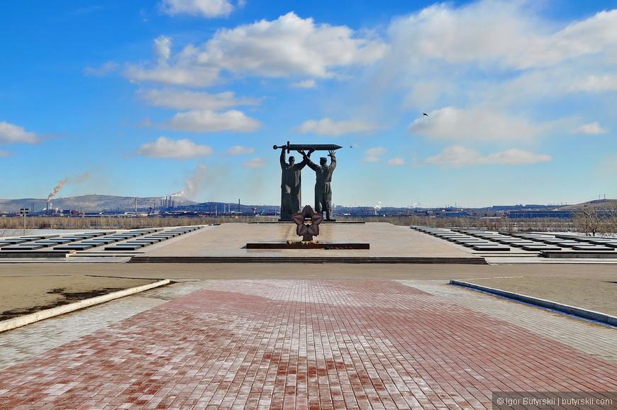 07. Для мемориала на берегу Урала был возведён 18-метровый искусственный холм. Основание холма было укреплено железобетонными сваями.