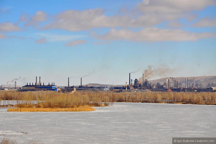 13. Рабочий указывает рукой на Магнитогорский металлургический комбинат находящийся на противоположном берегу реки Урал.