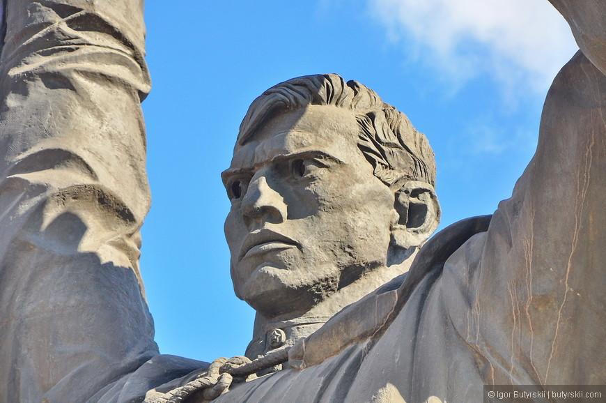 17. Советский воин берет меч в свои руки и отправляется в Сталинград сражаться за Родину до смерти.