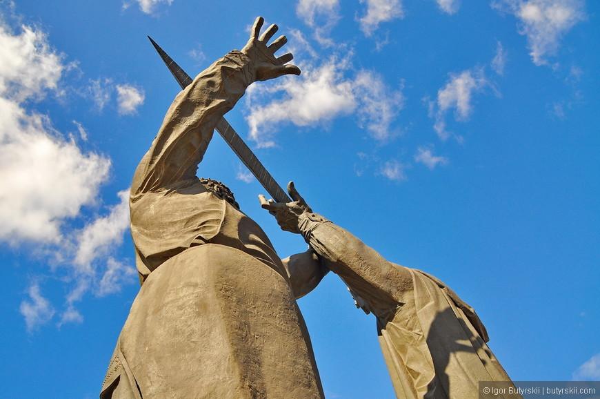 22. Снизу памятник выглядит огромным и монументальным.