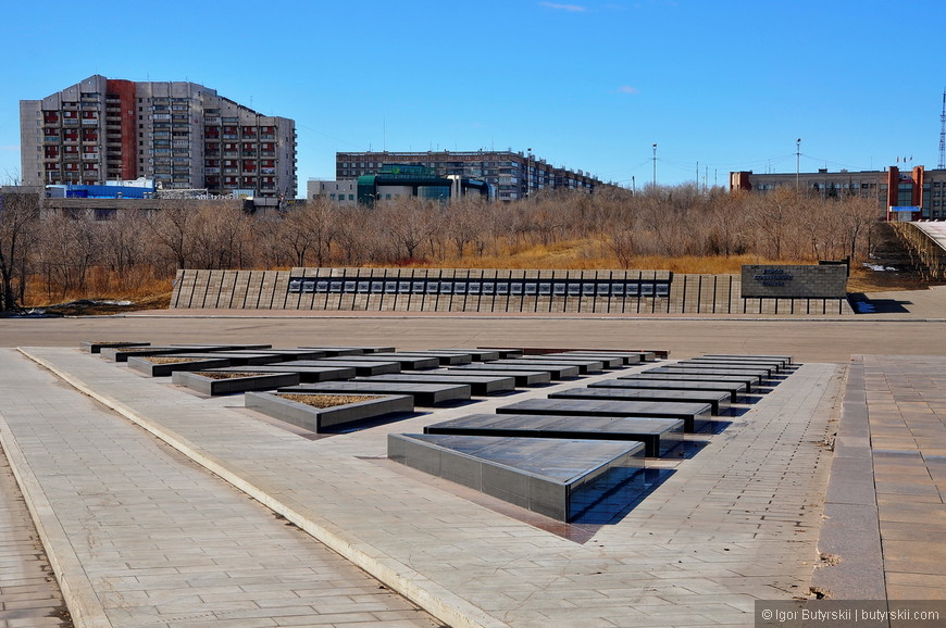 24. На плитах высечены имена магнитогорцев, погибших в Великой Отечественной войне (всего более 14 000 фамилий).