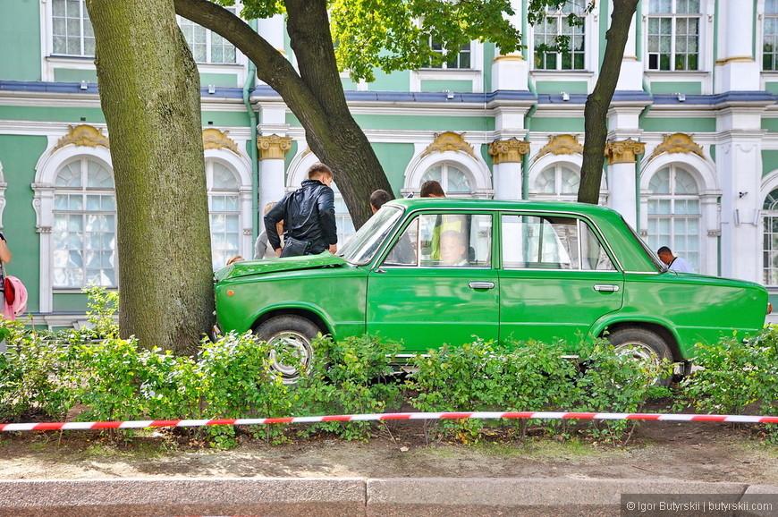 03. Зеленая «копейка» во дворе Эрмитажа тоже экспонат.