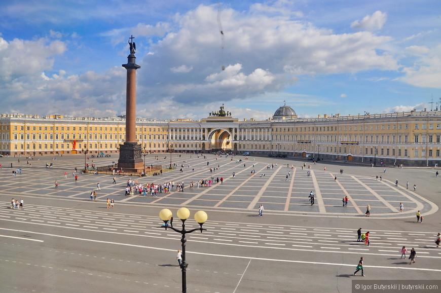 24. Из окон музея открываются виды на дворцовую площадь.