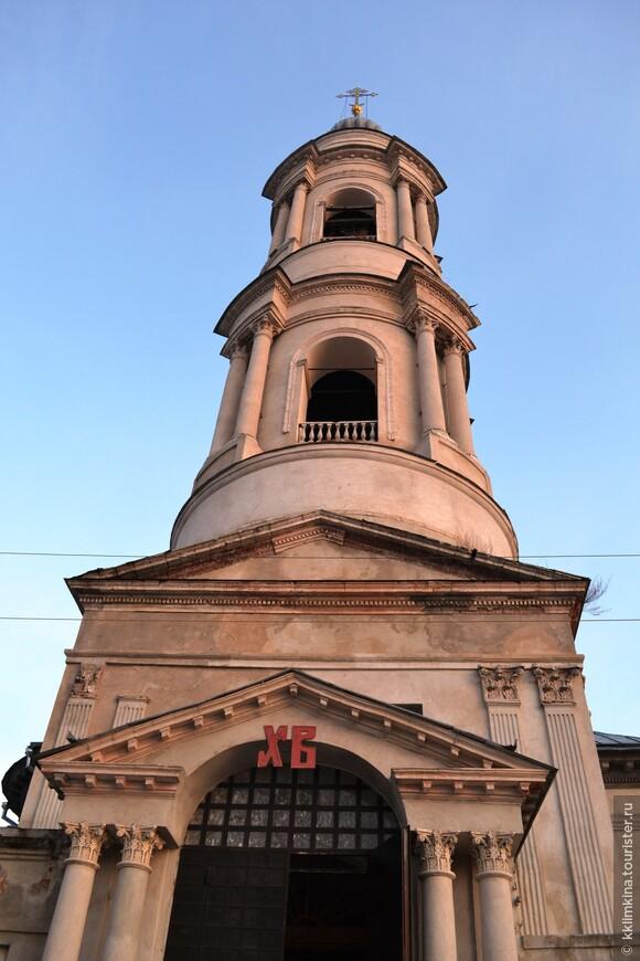 С храмом связана интересная история. В 1610‑е годы московский гость Смирной Судовщиков — выборный посадский купец — вместе со своим братом Третьяком торговал в соляном и Красном рядах в Калуге. Его соляная лавка находилась как раз рядом с Казанской церковью. Это был оптовый торговец, имевший большой оборот и собственные суда, на которых возил соль по Оке — как в Москву, так и на юг, в Болхов. Купцу удалось быстро сколотить капитал и стать одним из самых богатых торговых людей в городе. Однако Судовщиков слыл еще и щедрым благотворителем. Он пожертвовал по два колокола в церковь Алексея митрополита и в Троицкий собор Калужской крепости. Но лучше других он обустроил в своем приходе Преображенскую церковь. На его средства повесили пять колоколов, святые образа украшали серебряные оклады, а в храме появились дорогие церковные книги.