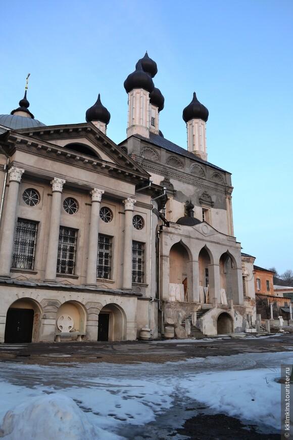 В 1998 году на 70‑метровую колокольню подняли освященный 4‑метровый крест.