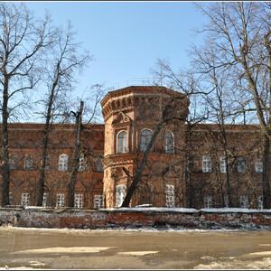 Здание городской больницы, построенное в 1832 году на средства кунгурского купца К.Е.Кузнецова. В нем, если верить интернету, и сейчас находится больница.