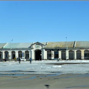 Гостиный двор, построенный в 1865–1876 годах по проекту пермского архитектора Р.И. Карвовского. Кунгурский гостиный двор – единственный сохранившийся на Урале образец подобных сооружений. К сожалению, все из окна автобуса.