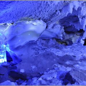 Пещера имеет 58 гротов. В большинстве гротов температура около нуля, но есть некоторые гроты, температура которых даже летом остаётся минусовой. Это гроты в начале Бриллиантовый и Полярный.