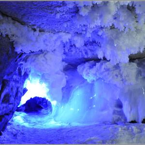 Эти гроты очень красивы, больше всего ледяных сталактитов и сталагмитов именно в них. Но, к сожалению, задерживаться здесь не разрешают, чтобы не нарушать экосистему. Снимки делаешь практически на бегу.