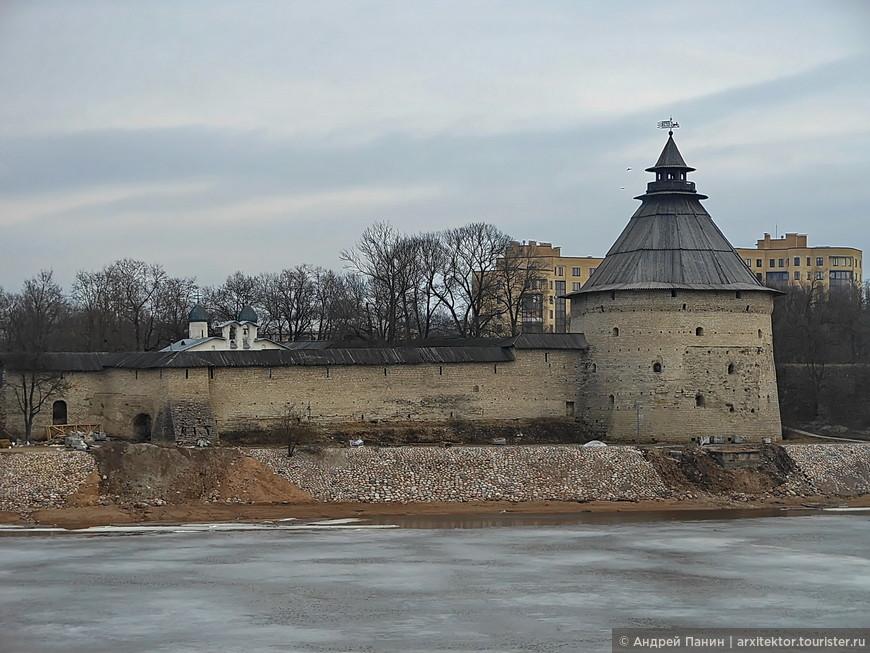 Покровская башня XV века - самая крупная башня Псковских укреплений.
