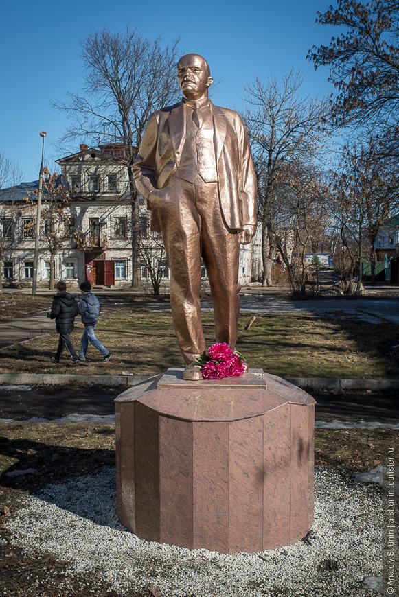 Ленин здесь - живее многих живых!..