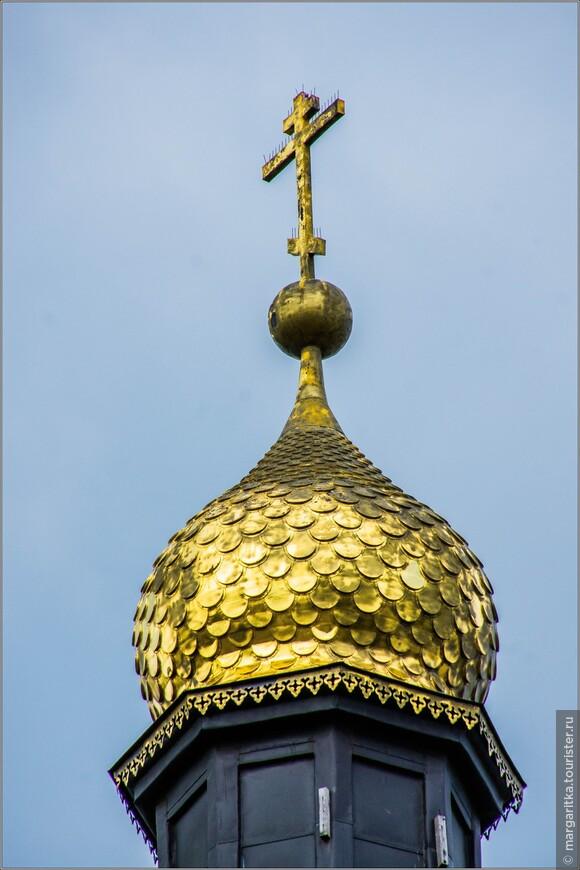 чешуйчатая луковка колокольни в сусальном золоте