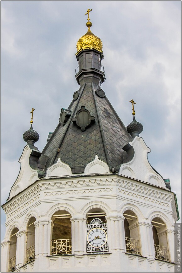 колокольня укращена часами