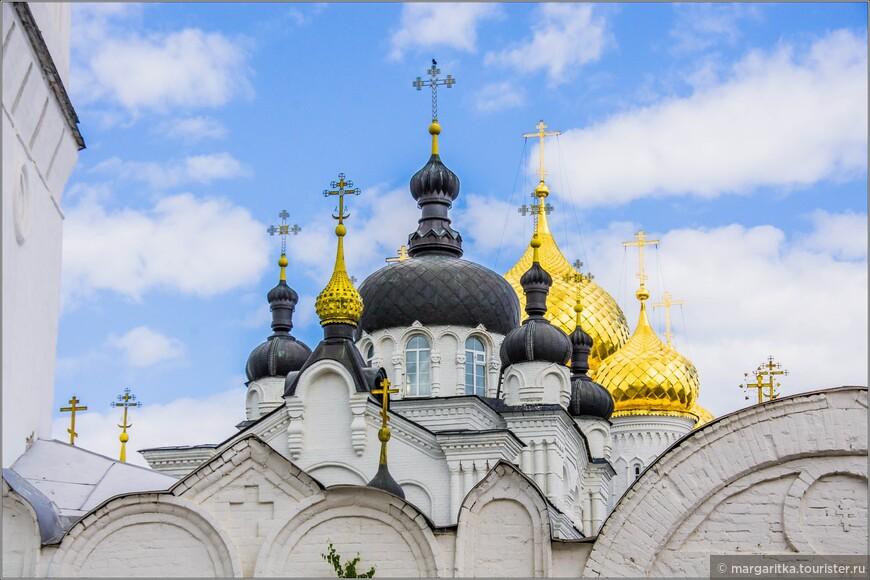 Здесь в  Богоявленско-Анастасиином кафедральном  соборе Костромы хранится икона Божьей Матери Феодоровская