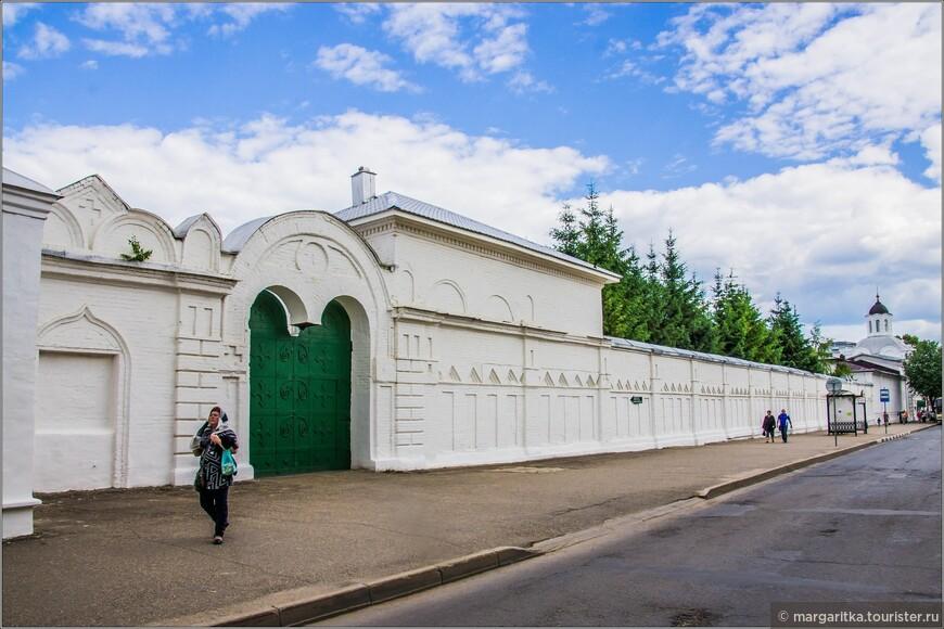 монастырская стена по ул. Симановского в сторону часовни-церкви Смоленской