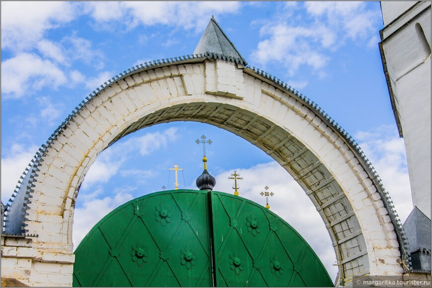 центральные воротас крестами Кафедрального собора по ул. Симановского за колокольней