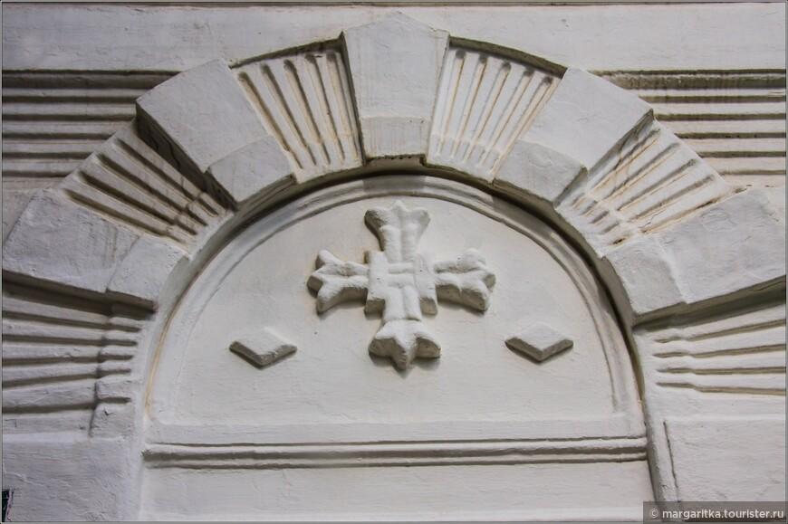 орнамент над входом в Смоленскую часовню-церковь