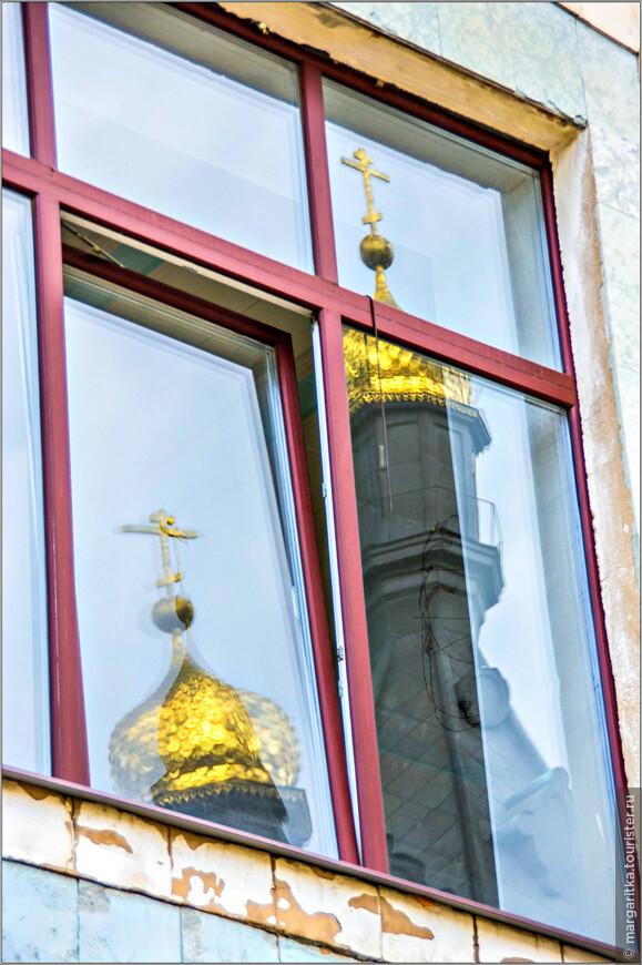 отражение в окнах напротив в здинии театра под управлением Б.И. Голодницкого