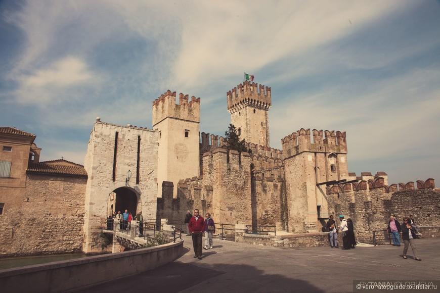 Замок средневековый в Сирмионе на озере Гарда