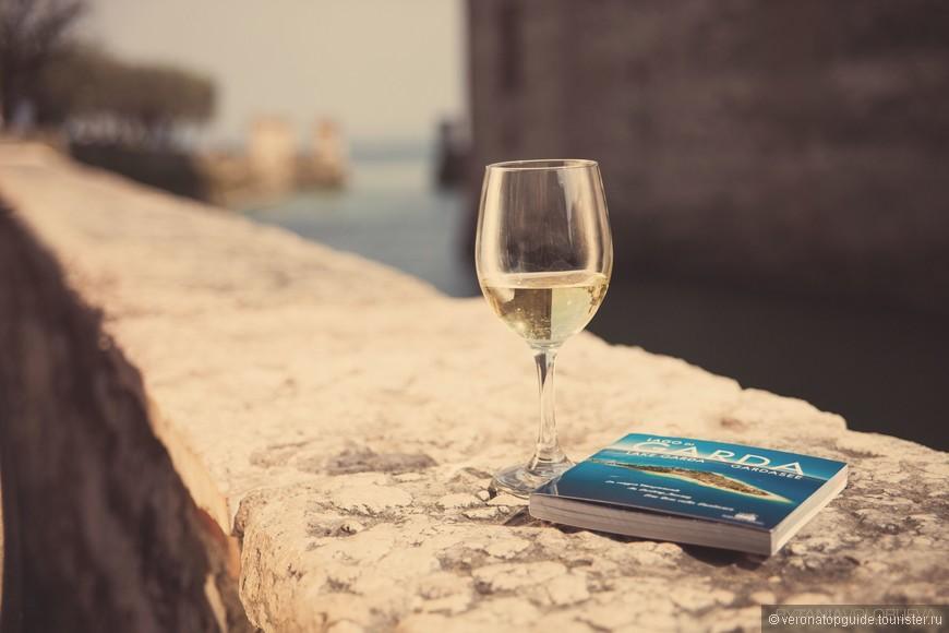 Белое вино полуароматное Лугана, на озере Гарда.