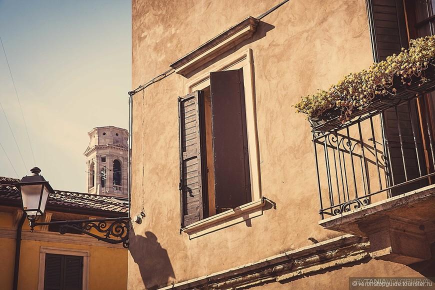 Центр в Вероне и видна колокольня Дуомо, так и не досторенная архитектром Фаджоли.